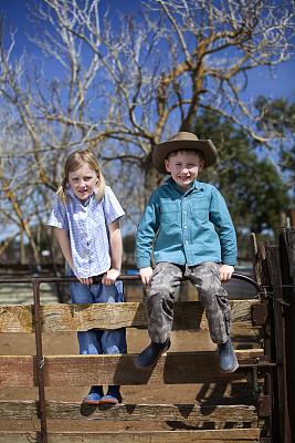 儿童,非都市风光,澳大利亚文明,女牛仔,牛仔帽,肖像,户外,乡村风格,兄弟姐妹