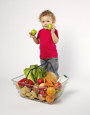 篮子,蔬菜,水果,幼儿,垂直画幅,食品杂货,t恤,椒类食物,超级市场,饮料