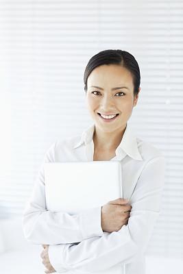 笔记本电脑,女人,拿着,垂直画幅,办公室,美,注视镜头,美人,衬衫,仅成年人