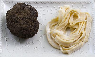 黑色块菌,意大利干面条,意大利面,自制的,植物菌根,雪花巧克力,块菌,意大利宽面,水平画幅,生食