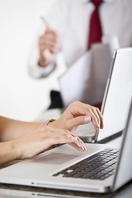 部分,手,使用手提电脑,女性,男人,背景聚焦,垂直画幅,办公室,选择对焦,30到39岁