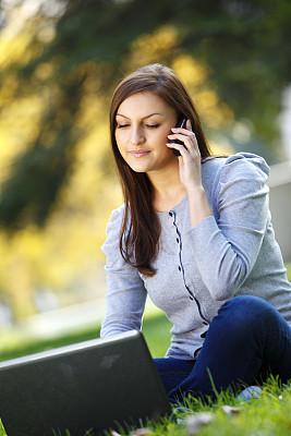 手机,使用手提电脑,自然美,青年女人,垂直画幅,休闲活动,草坪,草,仅成年人,知识