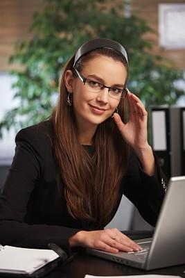 笔记本电脑,女商人,螺旋记事本,垂直画幅,忙碌,套装,仅成年人,眼镜,青年人,专业人员
