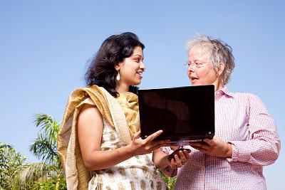 印度次大陆人,女人,两个人,笔记本电脑,白色人种,女性,银影侠,中长发,混合年龄,印度人