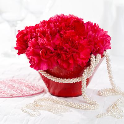 桌子,情人节,中心装饰品,康乃馨,无人,拍摄环境,方形画幅,仅一朵花,中间部分,红色