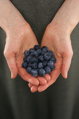 蓝莓,手,捧着,慈善捐赠,垂直画幅,美,美人,生食,乡村风格,一把