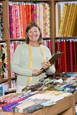 布店,检查表,女人,垂直画幅,半身像,业主,注视镜头,纺织品,零售行业职位,工作年长者
