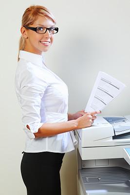 女商人,复印机,垂直画幅,办公室,注视镜头,秘书,白人,文档,仅成年人,眼镜