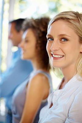 女人,快乐,背景聚焦,垂直画幅,30到39岁,白人,特写,男性,仅成年人,白领