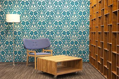 办公室,极简构图,书架,落地灯,茶几,留白,褐色,水平画幅,墙,无人