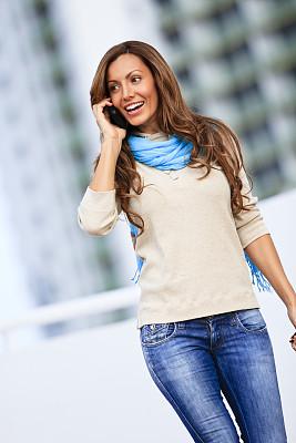 女性,手机,垂直画幅,美,30到39岁,电话机,美人,户外,不看镜头,仅成年人