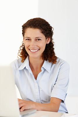 女商人,垂直画幅,笔记本电脑,注视镜头,电子邮件,电子商务,白人,仅成年人,网上冲浪,白领