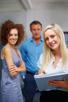 活页夹,女商人,拿着,友谊,垂直画幅,30到39岁,白人,男商人,特写,文档