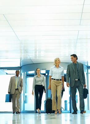 商务旅行,垂直画幅,30到39岁,人群,行李,白人,非裔美国人,男商人,男性,白领