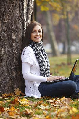 自然,使用手提电脑,青年女人,垂直画幅,青少年,休闲活动,草,知识,青年人,技术