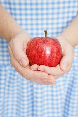 苹果,嘎啦苹果,捧着,垂直画幅,饮食,水果,蓝色,午休时间,手