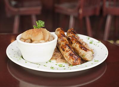 炖苹果汤,土豆泥,桌子,维也纳香肠,德式香肠,饮食,香肠,水平画幅,无人