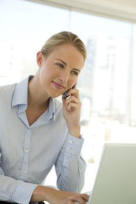 商务人士,女性,一寸光阴一寸金,垂直画幅,电子邮件,智慧,忙碌,仅成年人,网上冲浪,青年人