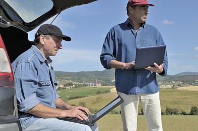 台式个人电脑,两个人,做计划,农民,农学家,牧场主,生物燃料,筒仓,半身像,忙碌