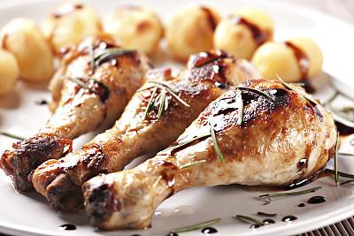 精制土豆,盘子,烤鸡,陈醋,格子烤肉,家禽,开胃品,动物身体部位,醋,白色