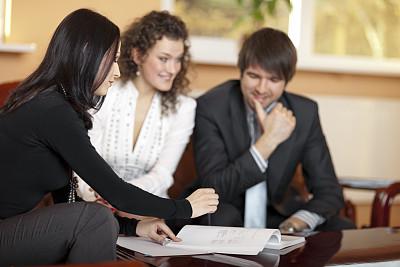抵押文件,贷款,青年伴侣,保险代理人,新婚夫妇,男性,仅成年人,现代,青年人,专业人员