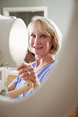 健康保健工作人员,x光仪器,女护士,放射科专家,医学扫描仪器,垂直画幅,注视镜头,白人,仅成年人,机器