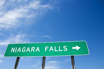 尼亚加拉瀑布,出口标志,天空,水平画幅,无人,箭头符号,方向,著名自然景观,多车道公路,著名景点