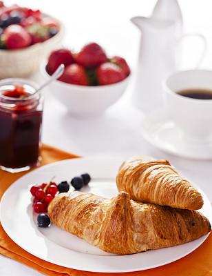 早餐,牛角面包,欧式早餐,垂直画幅,桌子,水果,无人,浆果,红醋栗,法式食品
