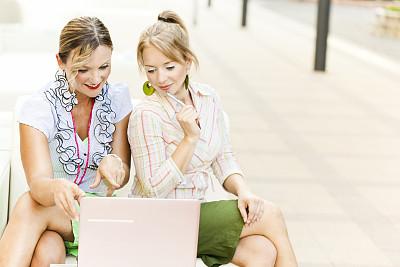 30到39岁,留白,笔记本电脑,水平画幅,夏天,户外,商务会议,仅成年人,青年人,彩色图片
