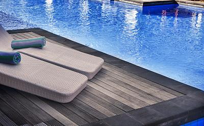 游泳池,水,水平画幅,无人,椅子,户外,家具,居住区,栏杆,树荫