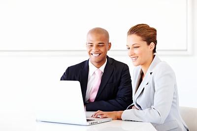 使用手提电脑,商务人士,办公室,留白,笔记本电脑,水平画幅,白人,男商人,男性,仅成年人