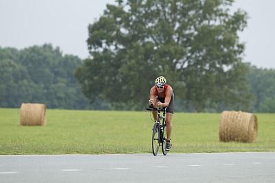 铁人三项,骑自行车,切片食物,留白,干草,休闲活动,男性,仅男人,仅成年人,培训课