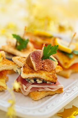 开胃品,节日,法式吐司,佐洛拉乳酪,熏三文鱼,克洛斯蒂尼面包,蓝纹乳酪,垂直画幅,选择对焦