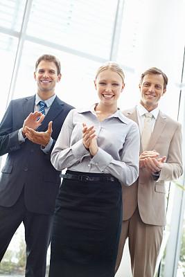 鼓掌欢迎,专业人员,垂直画幅,套装,男商人,男性,仅成年人,青年人,信心,青年男人