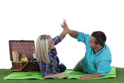 野餐,异性恋,野餐毯,正面视角,野餐篮,四肢,休闲活动,女朋友,草坪,举起手