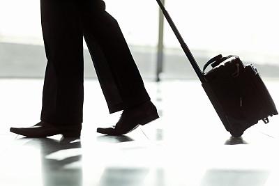 男商人,机场,行李,轮式行李,行李车,腰部以下,留白,四肢,腿,套装