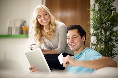 青年人,在家购物,异性恋,电子邮件,黑发,电子商务,男性,仅成年人,沙发,工业