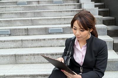 女商人,药丸,青年人,笔记本电脑,女人,水平画幅,套装,户外,仅成年人,日本人