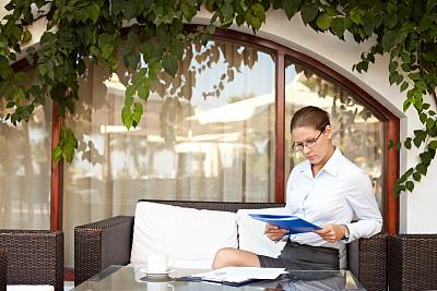 女商人,露天咖啡馆,忙碌,夏天,图像,文档,经理,仅成年人,现代,青年人