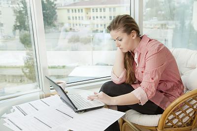 笔记本,青年女人,智慧,忙碌,文档,仅成年人,明亮,居住区,现代,网上冲浪