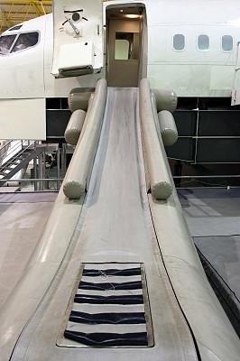 滑梯,飞行器,木筏,飞行学校,推拉门,车门,飞机库,充气艇,屋顶横梁,垂直画幅