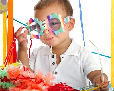 周岁生日会,生日蜡烛,水平画幅,褐色眼睛,注视镜头,蛋糕,气球,生日,白人,花卉花环
