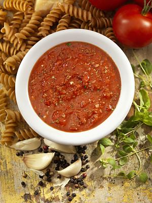 番茄沙司,螺旋面,垂直画幅,留白,高视角,素食,胡椒,开胃品,牛至,乡村风格