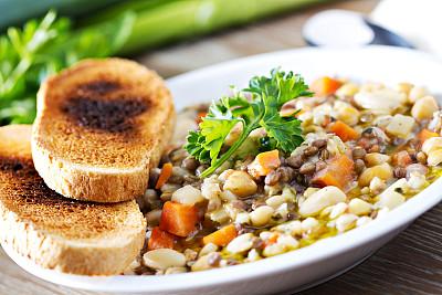 蔬菜汤,油煎面包碎片,褐色,胡萝卜,水平画幅,素食,膳食,乡村风格,特写,面包