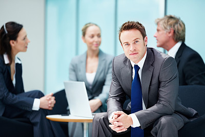 男商人,商务人士,信心,办公室,留白,领导能力,笔记本电脑,水平画幅,注视镜头,紧握双手