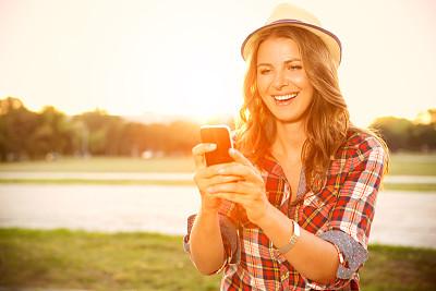 女人,留白,休闲活动,夏天,草,仅成年人,自由,长发,镜头眩光,头发