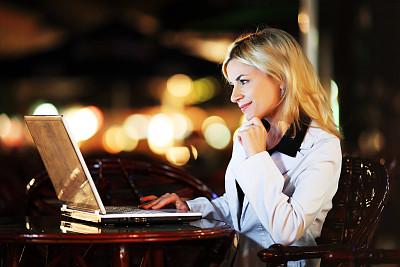 笔记本电脑,商务,女人,餐馆,美,水平画幅,夜晚,侧面像,户外,白人