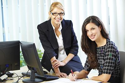 两个人,办公室,女商人,四处看看,图像,文档,经理,仅成年人,现代,青年人