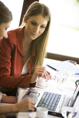 友谊,餐馆,垂直画幅,水,咖啡店,饮料,仅成年人,网上冲浪,青年人,技术