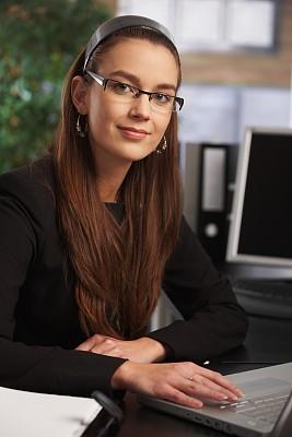 笔记本电脑,女商人,螺旋记事本,垂直画幅,忙碌,套装,仅成年人,青年人,专业人员,技术